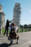 Tourists posing near the Leaning Tower, Pisa, Italy — Stock Photo