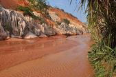 Red river between rocks and jungle, Mui Ne, Vietnam — Stock Photo