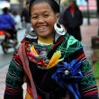 Black Hmong woman in traditional clothes, Sapa, Vietnam — Stock Photo