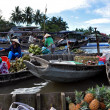 Fruit and vegetable sellers at Can Tho floating market, Mekong Delta, Vietnam — Stock Photo