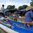 Vietnamese merchants selling their goods in Cai Rang floating market, Mekong Delta, Vietnam — ストック写真