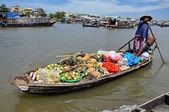 Vietnamese merchants selling their goods in Cai Rang floating market, Mekong Delta, Vietnam — Stock Photo