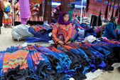 Woman from Black H'mong minority tribe selling textile in Bac Ha market, Vietnam — Stock Photo