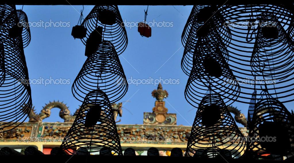 剪影的挂香线圈中的佛教寺庙,宝塔.越南