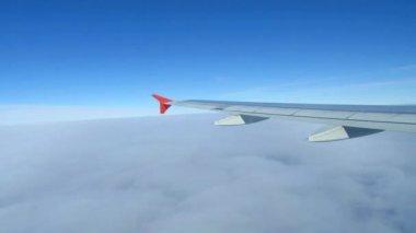 Ala de avión volando por encima de las nubes en el cielo — Vídeo de stock