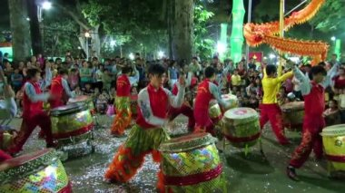 Musicians playing on their drums during the Tet Lunar New Year celebrations in Saigon (Ho Chi Minh city), Vietnam — Stock Video
