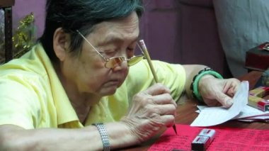 Old woman write letter with chinese characters — Stock Video