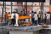 Human cremation ceremony in the holy Hindu place of Pashupatinath, Nepal — Stock Photo
