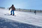 Snowboarder snowboarding down the slope in the Austrian Alps — Stock Photo