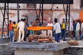 Human cremation along the holy Bagmati River at Pashupatinath, N — Foto Stock