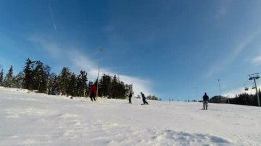 An unidentified man snowboarding in a beautiful sunny day — Vídeo de stock