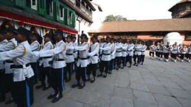 Nepalska królewska gwardia maszerujących na wewnętrznym dziedzińcu pałacu królewskiego. kathmandu, nepal — Wideo stockowe
