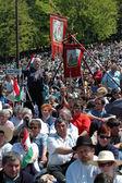 Szekler peregrinos católicos húngaros que comemoram o pentecostes — Foto Stock