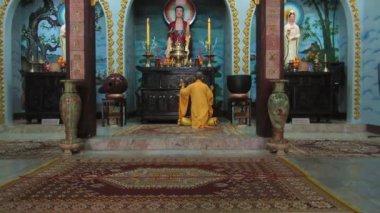 Buddyjski mnich śpiewanie zaklęcia — Wideo stockowe
