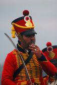 一名士兵在红色制服吸烟在巴罗蒂诺 2012年历史重演 — 图库照片