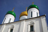Old white church with golden and green cupolas in Kolomna, Russia — Stock Photo