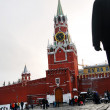 Moscow Kremlin. Spasskaya Clock Tower. walking on the Red Square. — Stock Photo