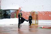Guard of honour near Eternal flame war monument in Aleksandrovsk — Stock Photo