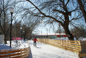 Man ice-skating in the Gorky park in Moscow — Stock Photo