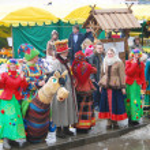 Постер, плакат: Street actors in Russian traditional costumes performing