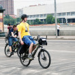 In yellow jackets ride bicycles in Moscow — Zdjęcie stockowe