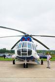 Un stand de l'homme par un hélicoptère — Photo