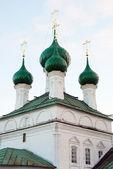Stará pravoslavná církev se zelenou kupolí — Stock fotografie