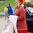 Young lady greets tourists — Stock Photo