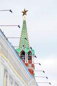 Torre do kremlin de moscou decorada por uma estrela vermelha rubi. — Foto Stock