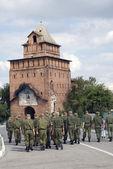 古い塔に向かって行進する兵士。コロムナ, ロシアのクレムリン. — Stock fotografie