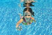 Feliz niño sonriente submarina en piscina — Foto de Stock