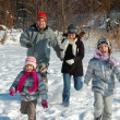 Happy family winter fun outdoors — 图库照片