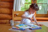Küçük çocuk bir resim çizim — Stok fotoğraf