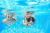 Mutlu kızlar sualtı yüzme havuzu ve having fun — Stok fotoğraf