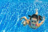 Счастливый активный ребенок плавает под водой в бассейне — Стоковое фото