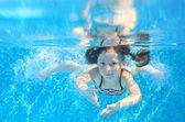 Felice figlio attivo subacqueo nuota in piscina — Foto Stock