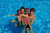 Famille heureuse, s'amuser dans la piscine — Photo