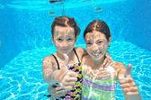 Glückliche aktive Kinder spielen unter Wasser im Schwimmbad — Stockfoto