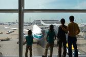 Rodziny w lotniska, sylwetki — Zdjęcie stockowe