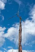 Vorsegel fock und hölzerne mast von einer segelyacht — Stockfoto
