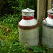 Foto Stock: Milk cans jugs in farm