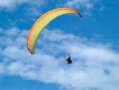 Parapente contra o céu azul claro — Fotografia Stock