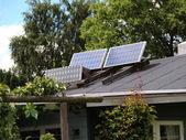 Yeşil, çevre dostu enerji için güneş paneli — Stok fotoğraf