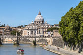 View of St. Peter's Basilica and the Sant'angelo bridge — Stock Photo