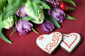 Gingerbread heart and tulips — Stock Photo
