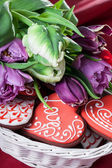 Gingerbread heart and tulips — Fotografia Stock