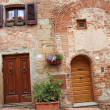 Picturesque doorways to the tuscan homes — Stock Photo