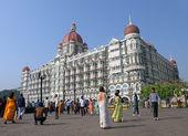 Mumbai, Índia - 27:tourists de novembro em frente a taj mahal p — Fotografia Stock