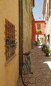 Smal straatje in san giovanni in marignano dorp — Stockfoto