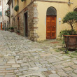 Narrow italian street and small patio — Stock Photo